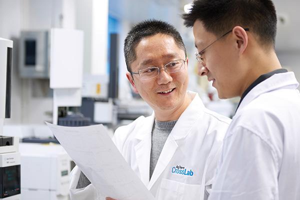CrossLab specialist helping scientist