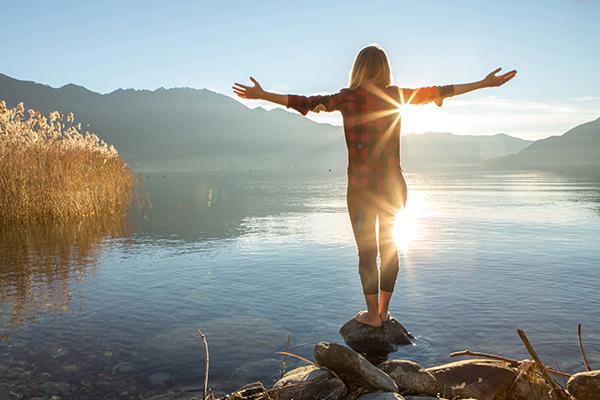 湖の岩に立っている人
